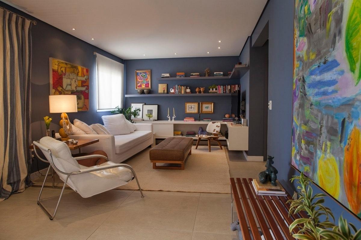 É na sala de estar que a blogueira Lucila Turqueto expõe a maior parte de seus