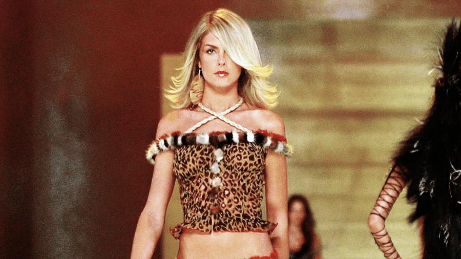 Ana Hickmann desfila no Victoria's Secret Fashion Show 2001 (Foto: Divulgação)
