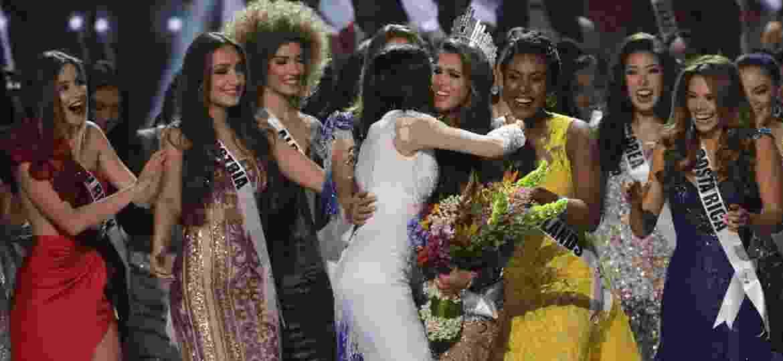 Ao ser coroada, Iris Mittenaere, a vencedora francesa, é cumprimentada por suas companheiras de disputa - Xinhua/Linus Guardian Escandor Ii/ZUMAPRESS