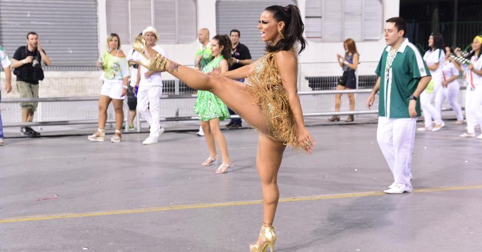 Rainha de bateria da Mancha Verde, Viviane Araújo mostrou elasticidade durante ensaio técnico da escola no Anhembi