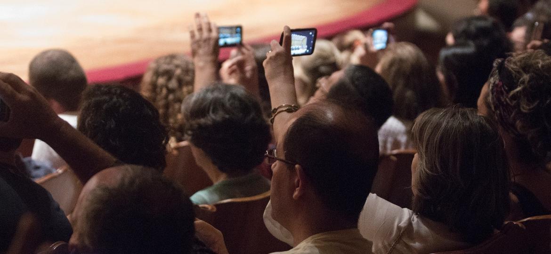 Público tira foto de espetáculo no Theatro Municipal de São Paulo - Cinthia Bueno