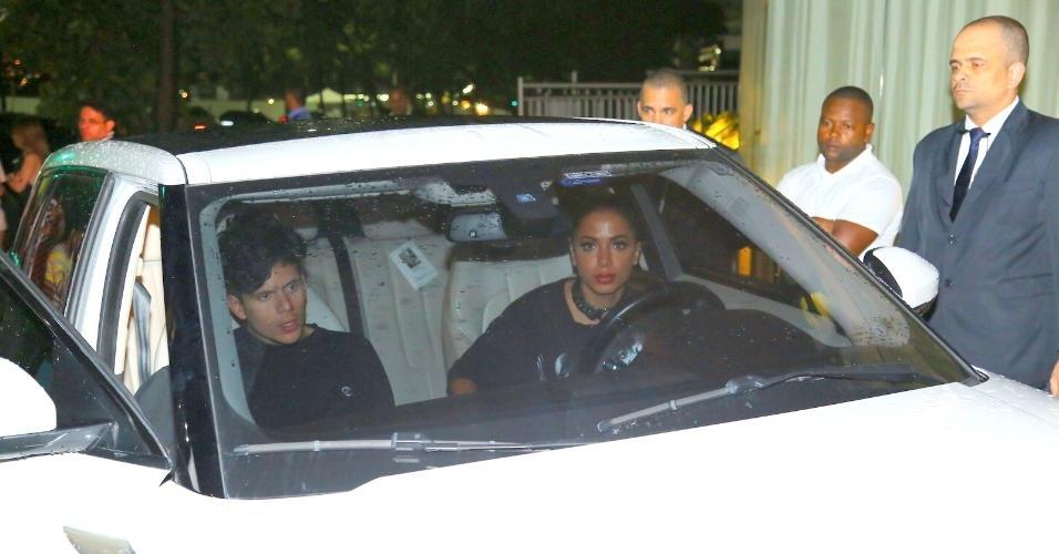 Anitta deixa festa no Hotel Fasano acompanhada do músico Rudy Mancuso, que abriu o show de Justin Bieber no Brasil