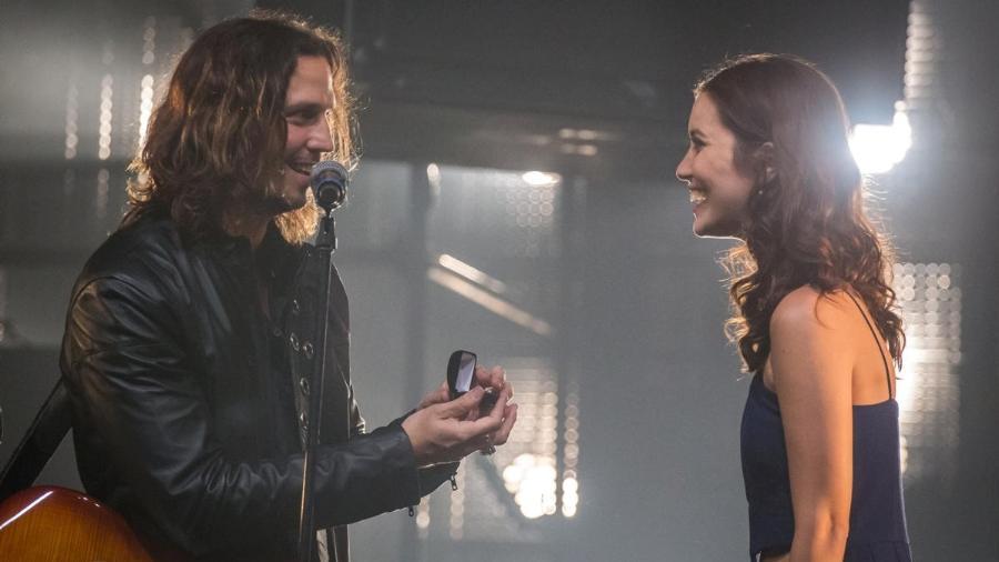 """Gui (Vladimir Brichta) pede Júlia (Nathalia Dill) em casamento em """"Rock Story"""" - Paulo Belote/TV Globo"""