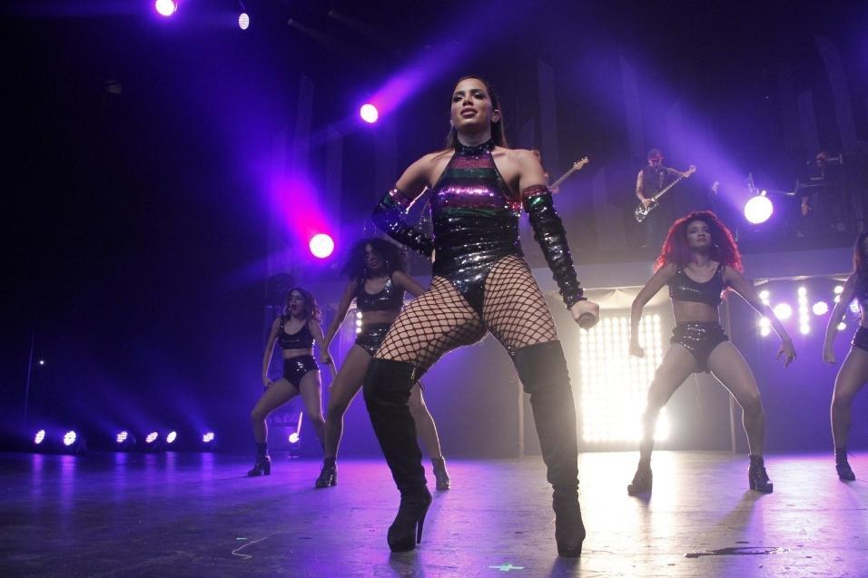 Prestes a lançar nova parceria internacional com Iggy Azalea, Anitta aproveita para rebolar muito no palco do Vivo Rio