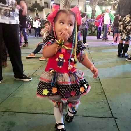 """Deborah Secco """"baba"""" pela filha Maria Flor vestida de caipira  - Reprodução/Instagram/@dedesecco"""