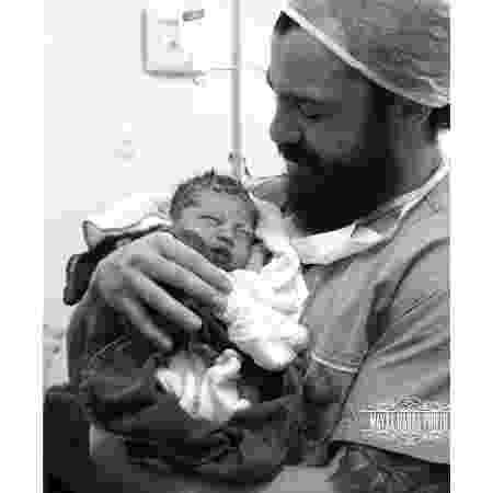 Mateus, da dupla com o Jorge, com o filho recém-nascido - Reprodução/Instagram
