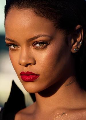 Rihanna posa com o batom vermelho de sua linha de maquiagem
