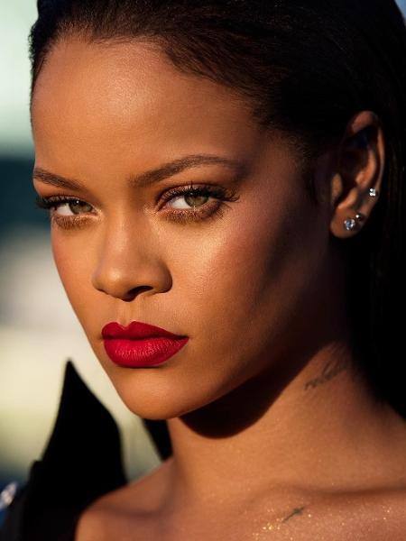 Rihanna posa com o batom vermelho de sua linha de maquiagem  - Reprodução/Instagram