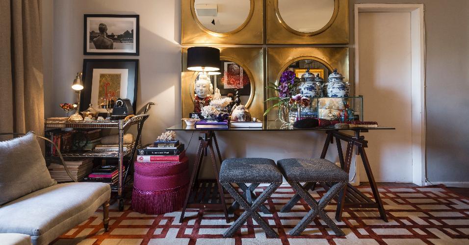 Nos projetos do designer de interiores Bruno Carvalho, o tapete chega sempre no fim da decoração, pois é um item extremamente importante para a harmonização do visual total. Neste ambiente, ele contribui para a sensação de amplitude