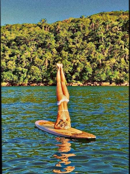 Carolina Dieckmann se equilibra na prancha - Reprodução/Instagram/loracarola