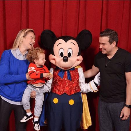 Thais Pacholek, Belutti e Miguel se divertem com o Mickey - Reprodução/Instagram/tpacholek