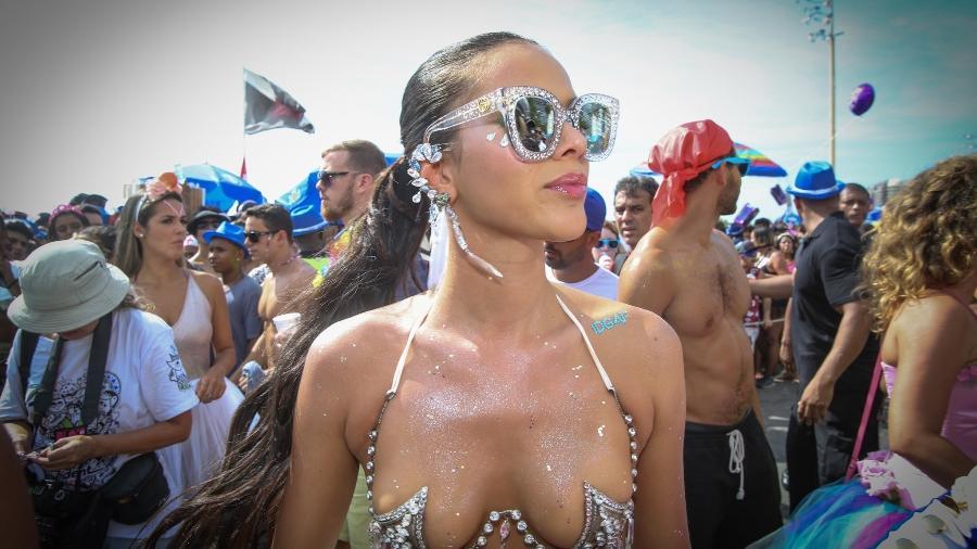 Bruna Marquezine no bloco da Favorita, que desfilou pela orla de Copacabana, no Rio - Marco Antonio Teixeira/ UOL