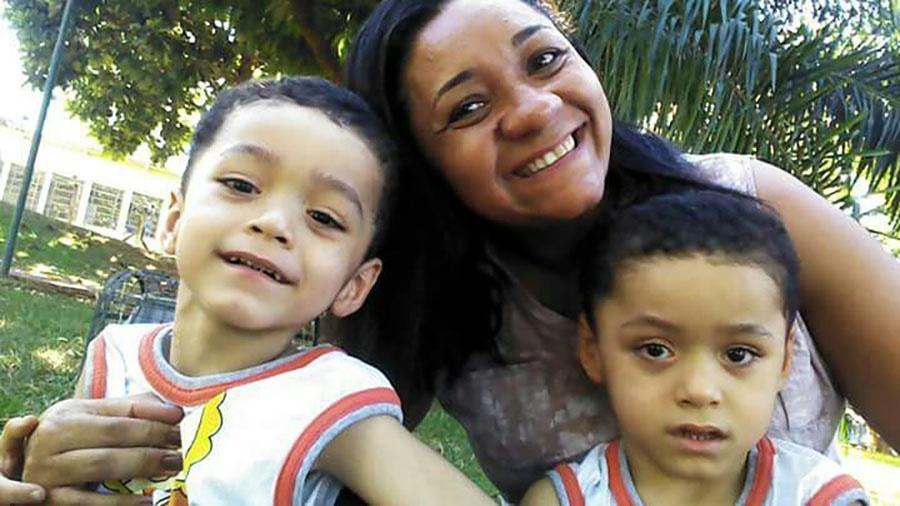 Simone com Israel (à esquerda) e Levi; aos 5 meses de gestação, ela descobriu que os gêmeos eram siameses - Arquivo Pessoal