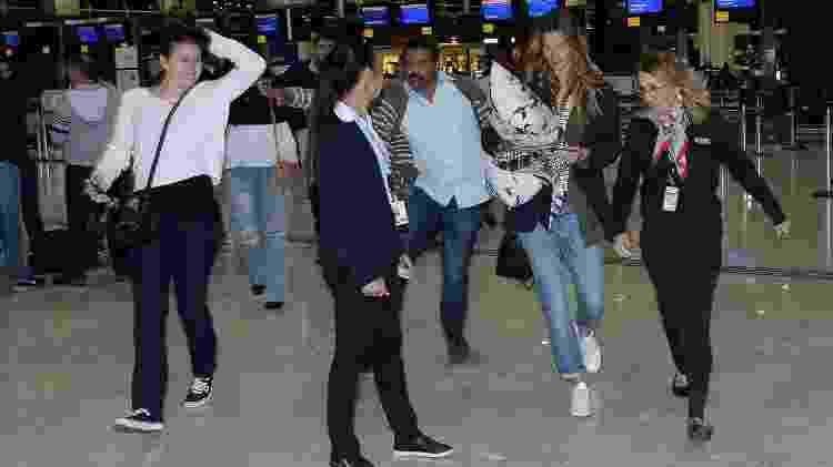 Acompanhada do segurança e de uma funcionária da companhia aérea, Gisele Bündchen dá um baile nos fãs para evitar fotos - Francisco Cepeda/AgNews - Francisco Cepeda/AgNews
