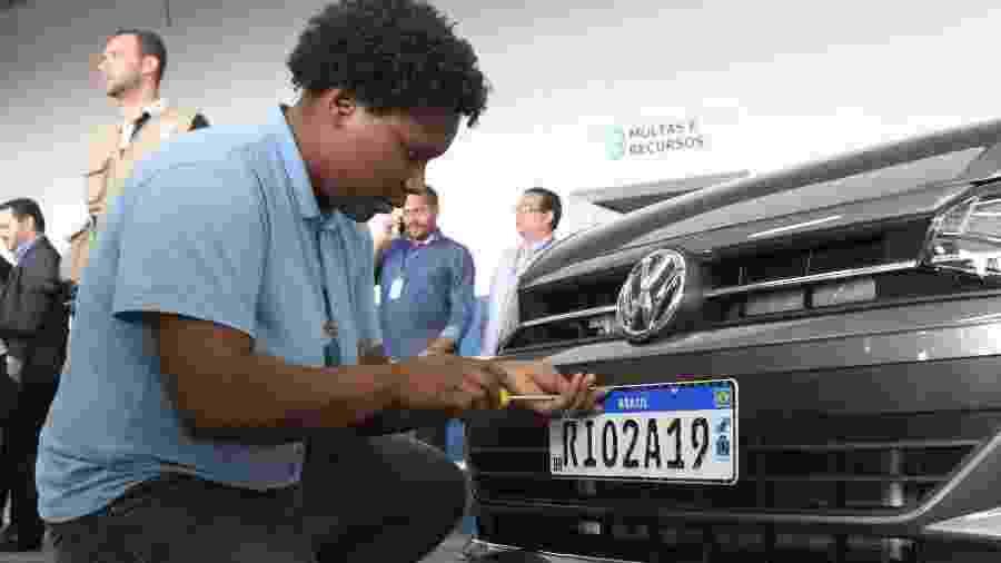 Problemas na transição para novo padrão veicular paralisaram emplacamentos de carros novos na virada de janeiro para fevereiro - Dikran Junior/Futura Press/Folha