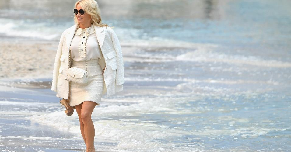 b75527254bfcb Chanel leva praia a Paris e faz desfile
