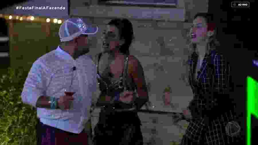"""Evandro Santo e Ana Paula Renault discutem durante festa de """"A Fazenda 10"""" - Reprodução/RecordTV"""