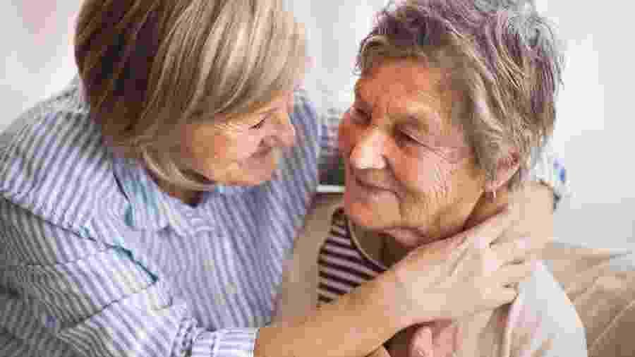 Duas idosas amigas - iStock
