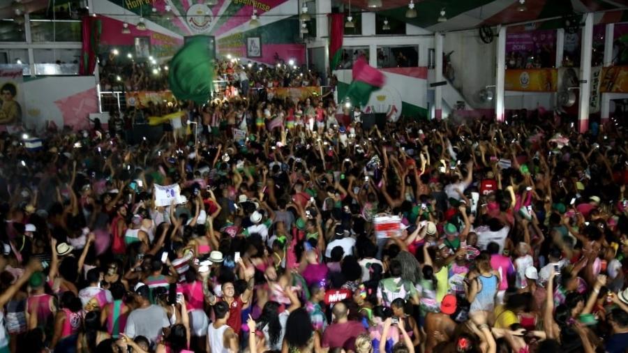 Comunidade ilumina quadra da Mangueira com as lanternas dos celulares durante comemoração do título no Carnaval do Rio - Júlio César Guimarães/UOL