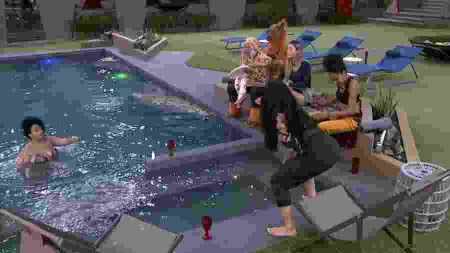 Brothers cantam à beira da piscina - Reprodução/GloboPlay