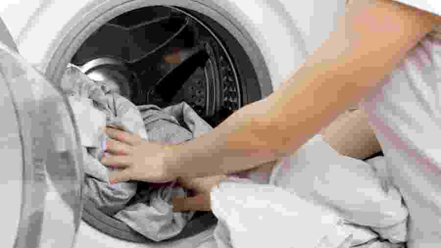 Máquina de lavar; roupas - iStock