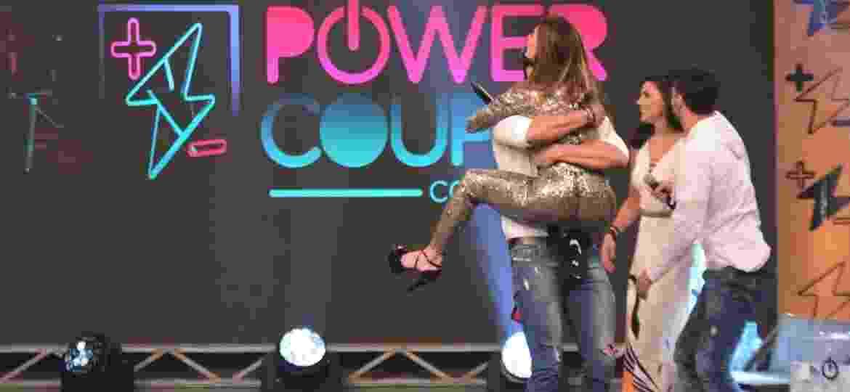 """Nicole Bahls pula em cima de Marcelo Bimbi para comemorar vitória no """"Power Couple"""" - Léo Franco/AgNews"""