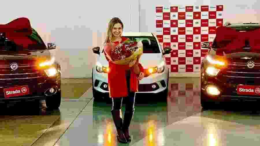 Paula von Sperling posa com as duas Toro e o Argo que recebeu na quinta passada em Belo Horizonte - Repodução
