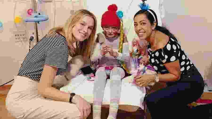 Fiorella Mattheis e Samantha Schmutz visitam garotinha em hospital - Reprodução/Instagram