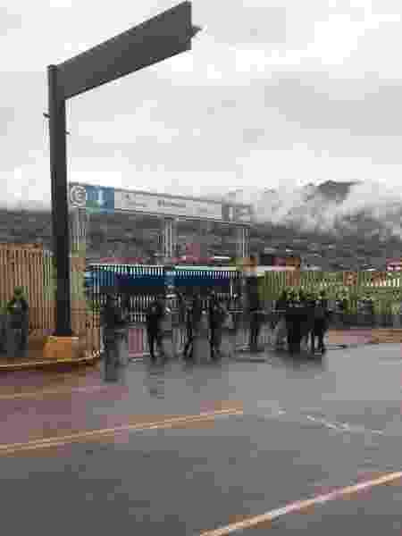 Entrada do Aeroporto Internacional Alejandro Velasco Astete, em Cusco, fechado por policiais - Vanessa Motta/UOL