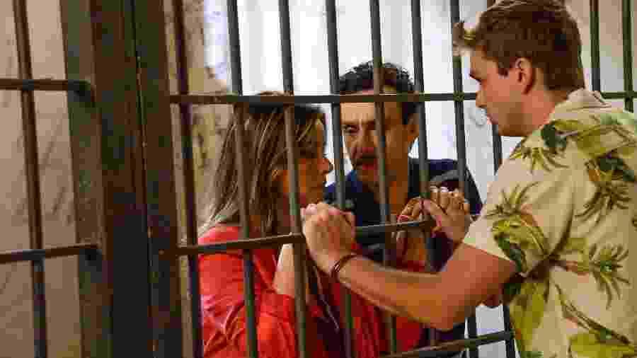 Vini descobre que os pais estão presos e corre para a delegacia - João Raposo/ SBT