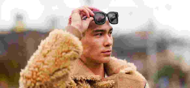 Evan Mock na Semana de Moda de Paris - Edward Berthelot/Getty Images