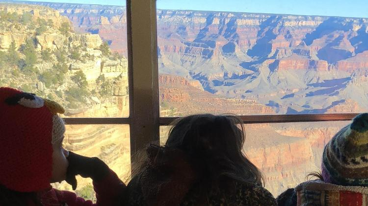 Crianças olham o Grand Canyon da janela do ônibus-casa - Arquivo pessoal - Arquivo pessoal