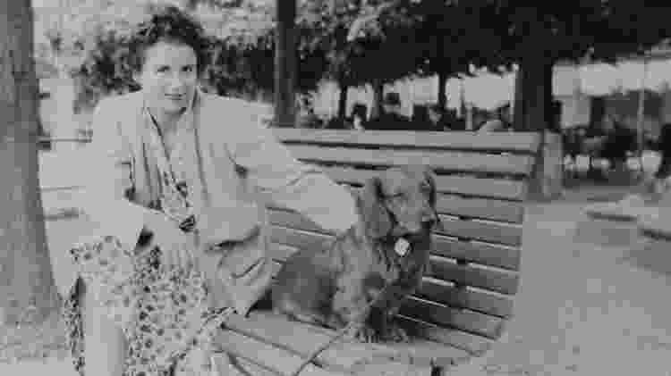Uma mulher e um cachorro de estimação aparecem em uma das fotos que estava no rolo de filme recentemente revelado por William Fagan - Reprodução/William Fagan - Reprodução/William Fagan