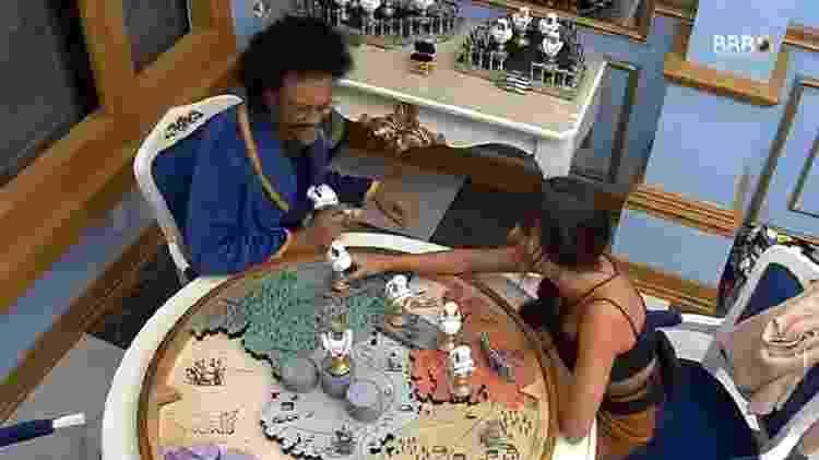 BBB 21: Thaís e João Luiza brincam de bonecos - Reprodução/Globoplay - Reprodução/Globoplay