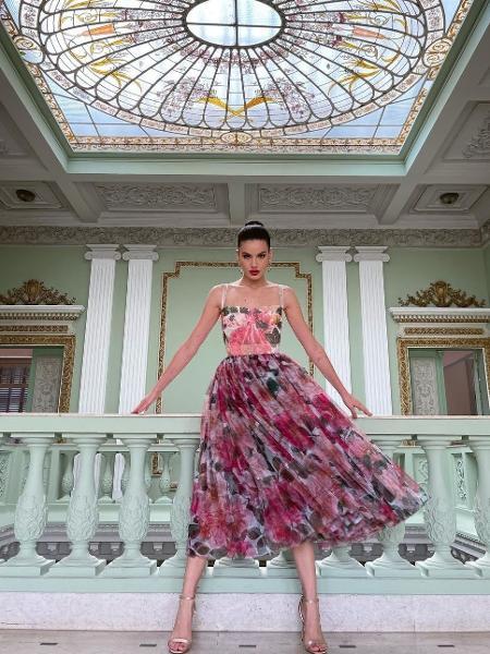 Camila Queiroz surge vestida de princesa em castelo - Imagem: Reprodução/Instagram@camilaqueiroz