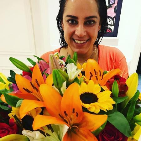 Silvia Abravanel posa com flores para relatar melhora - Reprodução / Instagram