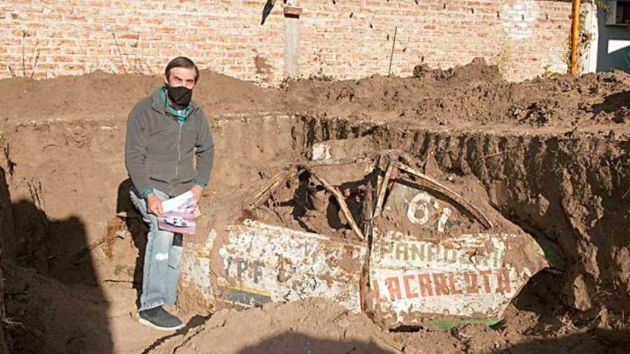 Ex-piloto argentino posa ao lado de carro enterrado em quintal - Reprodução