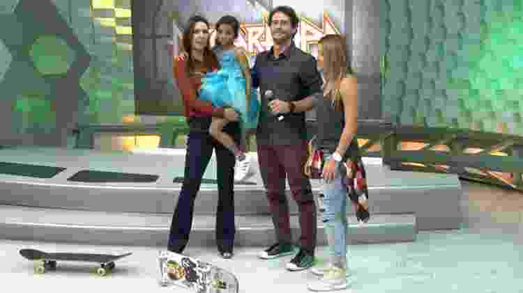 Glenda Kozlowski com Rayssa Leal no colo no 'Esporte Espetacular', em 2015 - Reprodução/Globo - Reprodução/Globo