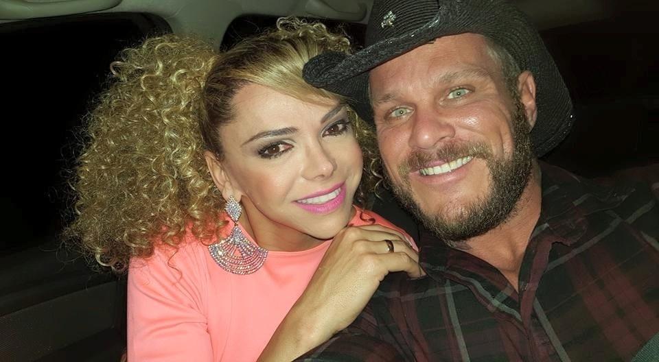 23.ju.2015 - Léo Aquilla e o noivo Chico fazem selfie prontos para a festa junina da ONG Florescer