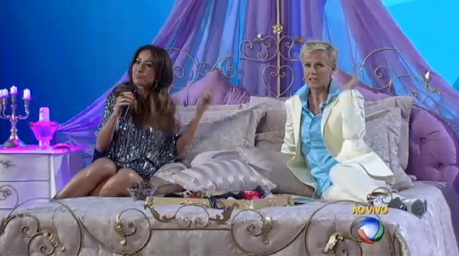 24.ago.2015 - Xuxa e Sabrina no quadro