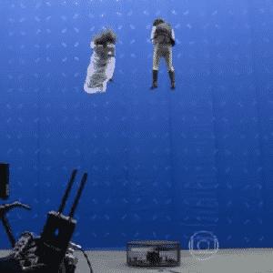 22.out.2015 - Boa parte da última sequência da primeira fase foi realizada em externa e no próprio Projac, complexo de estúdios da emissora no Rio, e foi feita com o apoio de chroma key --fundo verde ou azul preenchido com imagens de computação gráfica--, dublês e um piscina coberta com um plástico preto - Reprodução/TV Globo
