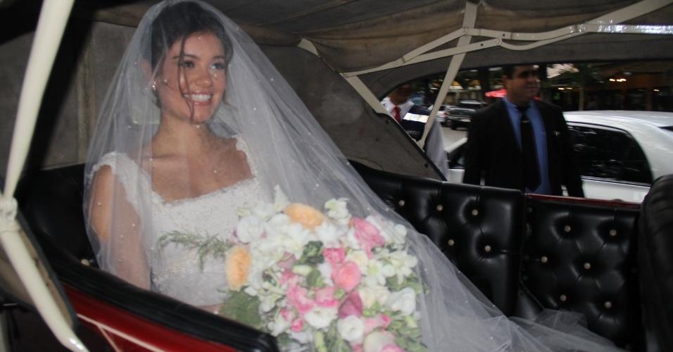6.dez.2015 - Sophie Charlotte chega ao casamento e sorri ainda dentro do carro.