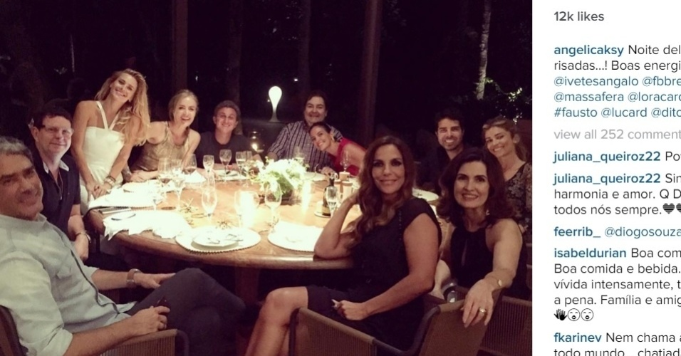 11.dez.2015 - Angélica, Luciano Huck, Ivete, Faustão, Grazi, Carolina Dieckmann, Fátima Bernardes e William Bonner se reuniram para jantar na noite desta seira. O encontro foi registrado no Instagram de Angélica.