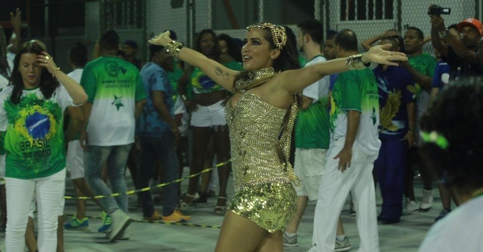 10.jan.2016 - Com fantasia dourada, Anitta desfila em ensaio técnico da Mocidade Independente de Padre Miguel. A funkeira é musa da agremiação