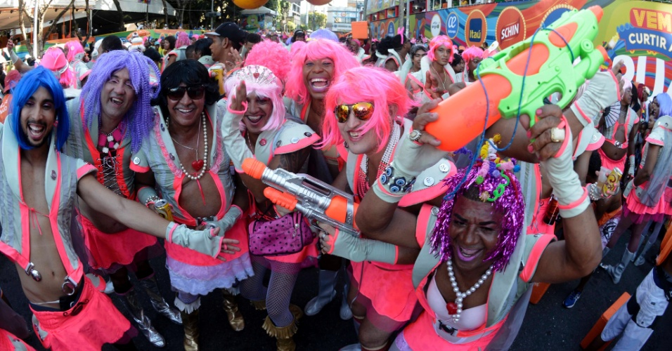 """6.fev.2016 - O irreverente bloco """"As Muquiranas"""" levou homens travestidos de personagens femininos para o circuito Campo Grande"""