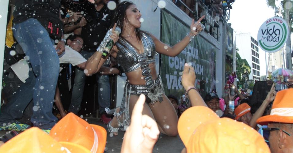 """8.fev.2016 - Tays Reis leva os foliões à loucura com """"Paredão Metralhadora"""", forte candidata à Música do Carnaval baiano"""