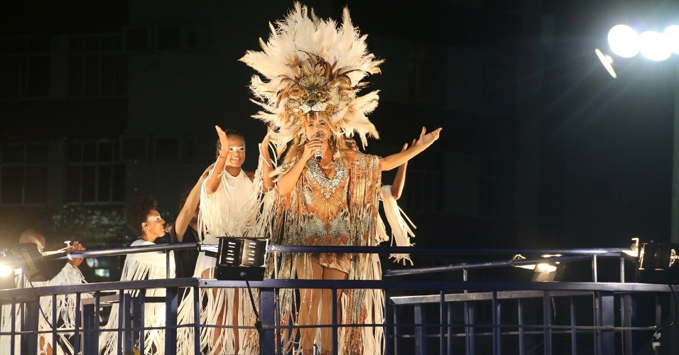 8.fev.2016 - Daniela Mercury canta vestida de leoa no bloco Crocodilo, no circuiro Barra-Ondina, em Salvador