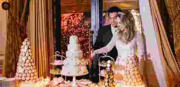 """Apaixonada por bolos de casamento, a noiva, Déborah Franciscato Yuhara, contatou algumas cake designers na Inglaterra e acabou fechando com Fiona Cairns, a mesma que fez o bolo do casamento de Kate Middleton com o príncipe William. """"A equipe dela entregou o bolo direto no hotel, e desci um tempinho antes do casamento para montar. Valeu muito a pena"""" - Gabi Alves Photography/Divulgação - Gabi Alves Photography/Divulgação"""