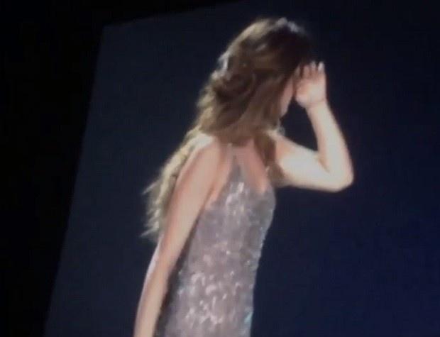 Selena Gomez chorou durante um show a morte da amiga Christina Grimmie
