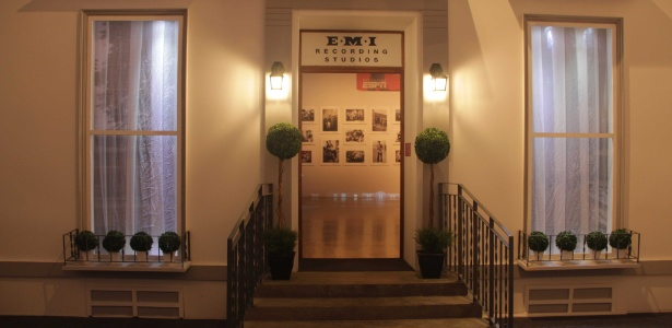 """A fachada da Emi Records, gravadoras de alguns dos álbus dos Beatles na exposição """"Beatlemania Experience"""", montada no estacionamento do shopping Eldorado, em SP - Divulgação"""